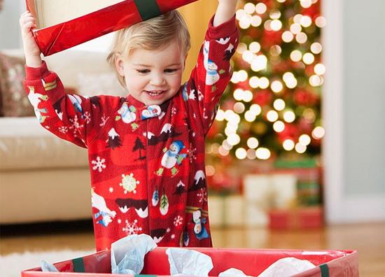 kid-opening-present